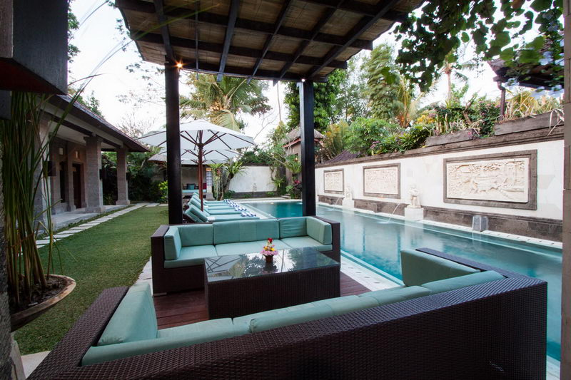 Sofa_By_The_Pool