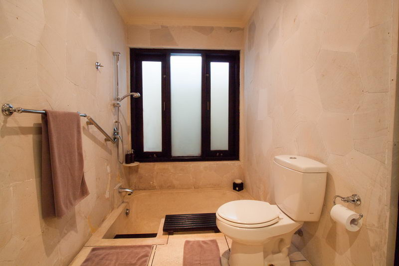 Indoor_Bathroom_With_Bathtub_And_Toilet