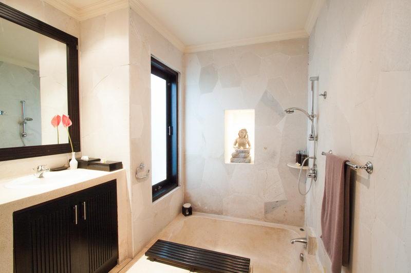 Indoor_Bathroom_With_Bathtub_And_Hand_Shower