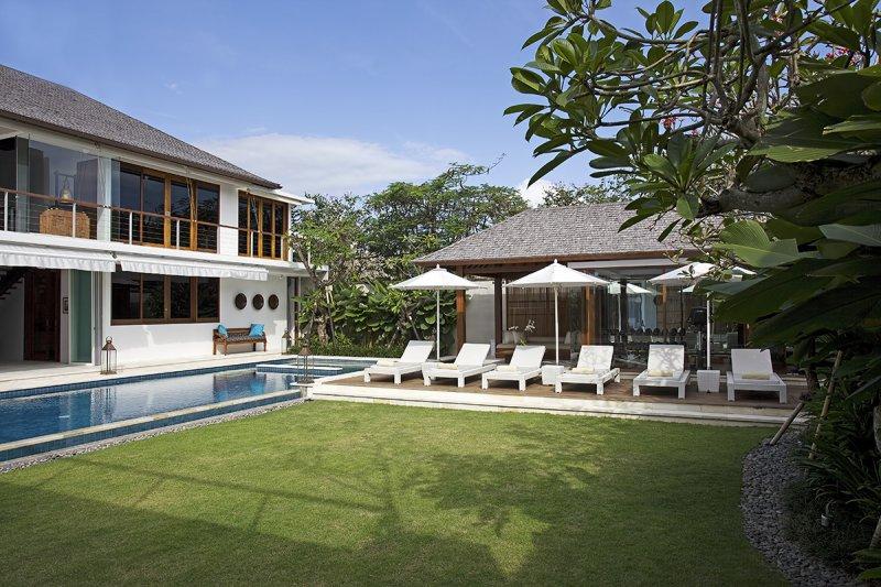 Villa Cendrawasih 160 959367840515 Six Sun Loungers And Three Pool Umbrella