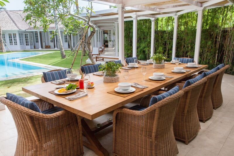The_Dining_Table_In_Open_Style_View_To_The_Pool