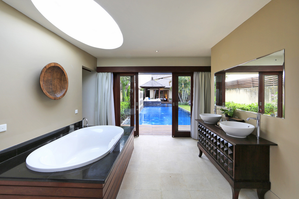 Large_Bathroom_With_Bathtub_And_View_To_The_Pool