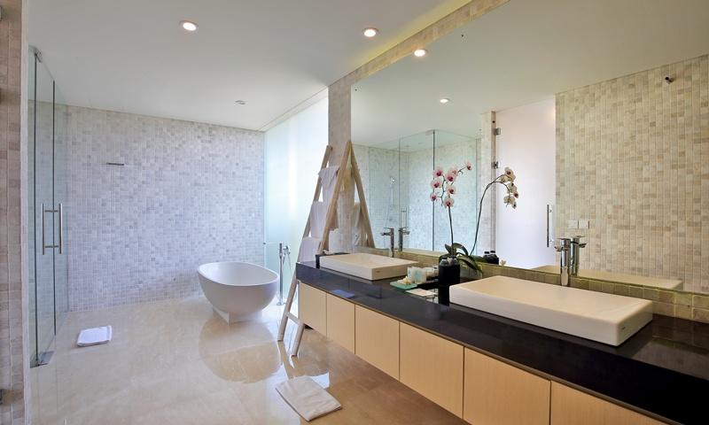 Indoor_Bathroom_and_Bathtub_Facilities