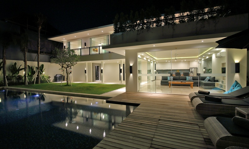 The_Whole_Villa_At_Night